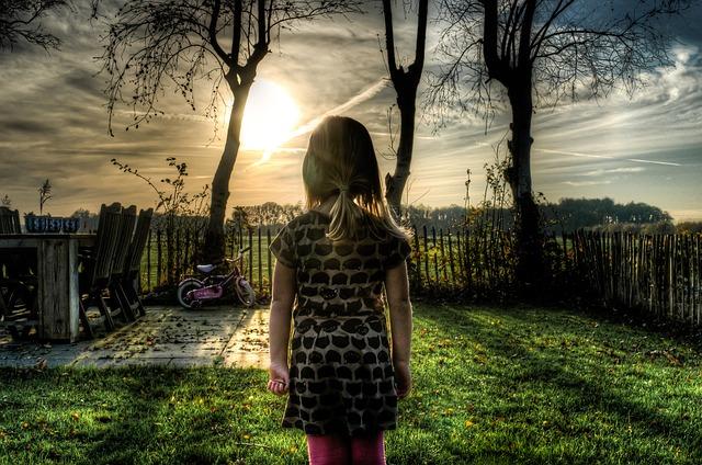 dívka na staré zahradě