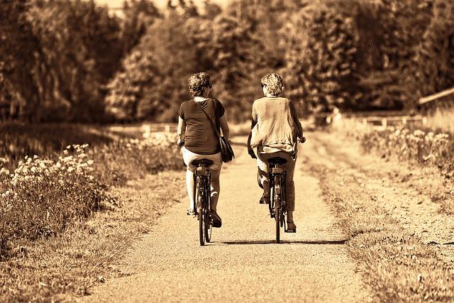 dvě přítelkyně jedou spolu na kole.jpg