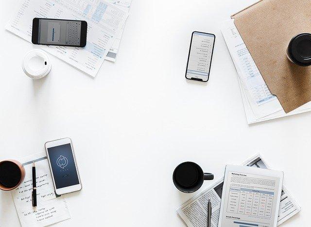 dokumenty a telefony na stole