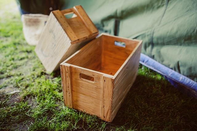 dřevěné bedničky na trávě.jpg