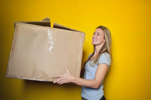 žena s kartonovou krabicí.jpg